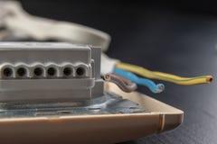 Os fios elétricos montaram a uma tomada elétrica Acessórios elétricos instalados na casa imagem de stock