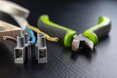Os fios elétricos montaram a uma tomada elétrica Acessórios elétricos instalados na casa fotos de stock royalty free