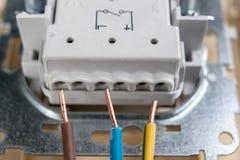 Os fios elétricos montaram a uma tomada elétrica Acessórios elétricos instalados na casa foto de stock royalty free