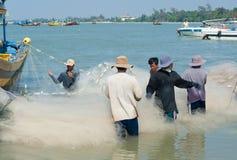 Os fishers vietnamianos desembaraçam redes foto de stock