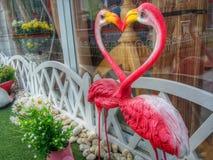 Os flamingos felizes sibilam o dia de Valentim do coração em terras do jogo Imagens de Stock Royalty Free