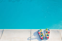 Os flip-flops aproximam o swimming-pool Imagem de Stock