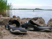 Os flip-flops deixaram o banhista Imagens de Stock