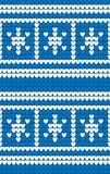 Os flocos de neve azuis e brancos fizeram malha o fundo Teste padrão de confecção de malhas do inverno Textura sem emenda Imagens de Stock