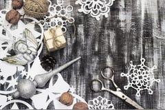 Os flocos de neve cortaram do papel no fundo escuro com espaço para o tema do Natal do texto Foto de Stock