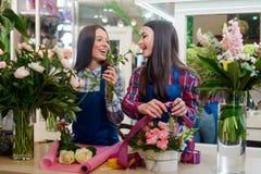 Os floristas aspiram uma rosa branca fotos de stock