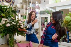 Os floristas fêmeas trabalham e jogam fotografia de stock royalty free