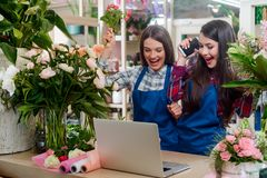 Os floristas obtiveram uma ordem grande fotografia de stock royalty free
