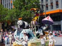 Os flutuadores 'depositário da fantasia da panda 'executam na parada 2018 da representação histórica do Natal de Credit Union fotografia de stock royalty free