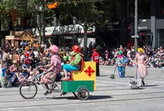 Os flutuadores 'palhaços da fantasia na bicicleta 'executam na parada 2018 da representação histórica do Natal de Credit Union fotografia de stock royalty free