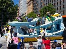 Os flutuadores 'pinguins 'R 'Koool 'da fantasia executam na parada 2018 da representação histórica do Natal de Credit Union fotos de stock