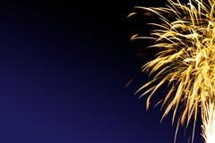Os fogos-de-artifício abstraem no fundo escuro ilustração do vetor