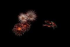 Os fogos-de-artifício abstratos iluminam acima o céu escuro Fotos de Stock