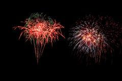Os fogos-de-artifício abstratos iluminam acima o céu escuro Fotografia de Stock