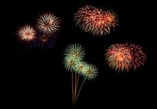 Os fogos-de-artifício abstratos iluminam acima o céu escuro Imagens de Stock