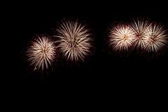Os fogos-de-artifício abstratos iluminam acima o céu escuro Foto de Stock