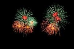 Os fogos-de-artifício abstratos iluminam acima o céu escuro Fotografia de Stock Royalty Free