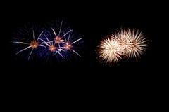 Os fogos-de-artifício abstratos iluminam acima o céu escuro Imagem de Stock
