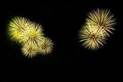 Os fogos-de-artifício abstratos iluminam-se acima no céu na noite Foto de Stock Royalty Free