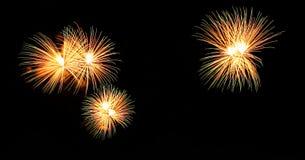 Os fogos-de-artifício abstratos iluminam-se acima no céu na noite Imagem de Stock