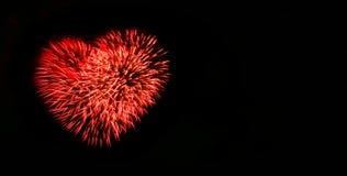 Os fogos-de-artifício abstratos iluminam-se acima no céu na noite Imagens de Stock Royalty Free