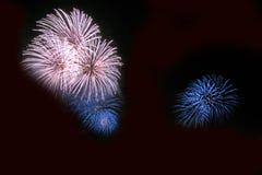 Os fogos-de-artifício abstratos iluminam-se acima no céu na noite Imagem de Stock Royalty Free