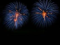 Os fogos-de-artifício abstratos iluminam-se acima no céu na noite Fotografia de Stock