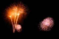 Os fogos-de-artifício abstratos iluminam-se acima no céu na noite Imagens de Stock
