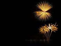 Os fogos-de-artifício abstratos iluminam-se acima no céu na noite Fotografia de Stock Royalty Free