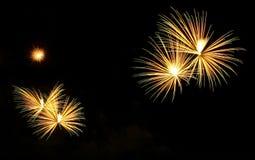 Os fogos-de-artifício abstratos iluminam-se acima no céu na noite Foto de Stock