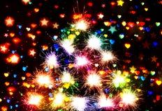 Os fogos-de-artifício acendem Bokeh blured em estrelas e em fundo da obscuridade dos corações Imagens de Stock