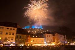 Os fogos-de-artifício acima dos Ljubljanas fortificam para a celebração dos anos novos, Lju Fotografia de Stock