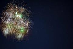 Os fogos-de-artifício amarelos verdes dourados encontraram o lado esquerdo Fotos de Stock