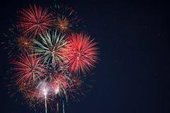 Os fogos-de-artifício amarelos verdes vermelhos encontraram o lado esquerdo Imagens de Stock Royalty Free