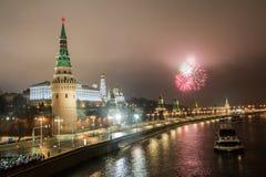 Os fogos de artifício de ano novo da ponte de pedra grande Os fogos de artifício de ano novo sobre o Kremlin, Moscou, Rússia fotos de stock royalty free