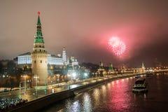 Os fogos de artifício de ano novo da ponte de pedra grande Os fogos de artifício de ano novo sobre o Kremlin, Moscou, Rússia fotografia de stock