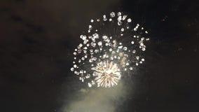 Os fogos de artifício bonitos mostram no dia de Natal O grande dos fogos de artifício no dia de Natal