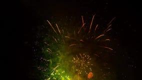 Os fogos-de-artifício brilhantes iluminam-se acima sobre o céu noturno vídeos de arquivo