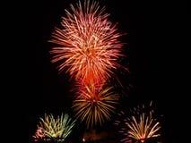 Os fogos-de-artifício coloridos de várias cores iluminam acima o céu noturno Imagens de Stock