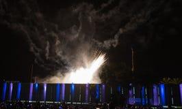 Os fogos-de-artifício coloridos surpreendentes em um céu noturno enegrecem o fundo Fotografia de Stock