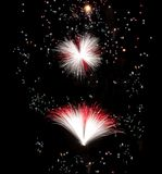 Os fogos-de-artifício com cores maltesas da bandeira, fogos-de-artifício, festival em Malta, cruz maltesa explodem, festival dos  Fotos de Stock Royalty Free