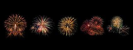 Os fogos-de-artifício da cor ajustados iluminam-se acima no céu com exposição do brilho no fundo preto Fotos de Stock