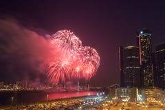 Os fogos-de-artifício do festival da liberdade iluminam acima os céus na frente do centro do renascimento do GM em Detroit, Michi fotos de stock