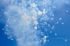 Os fogos-de-artifício e o fumo no céu azul no dia cronometram os ísquios Itália Foto de Stock Royalty Free