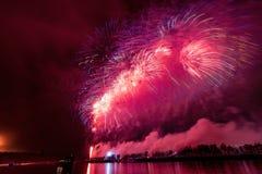 Os fogos-de-artifício explodem o brilho com resultados do brilho em Moscou, Rússia 23 de fevereiro celebração Imagens de Stock