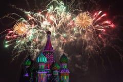 Os fogos-de-artifício explodem sobre a catedral da manjericão do St. Imagens de Stock