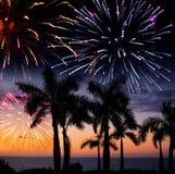 Os fogos-de-artifício festivos de ano novo sobre a ilha tropical fotos de stock royalty free