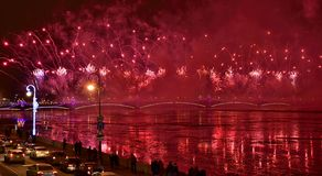 Os fogos-de-artifício grandes coloridos devotaram ao fim de ano 2017 Imagem de Stock Royalty Free