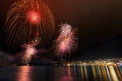 Os fogos-de-artifício iluminam acima o céu Imagens de Stock