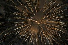 Os fogos-de-artifício iluminam acima o céu Fotos de Stock